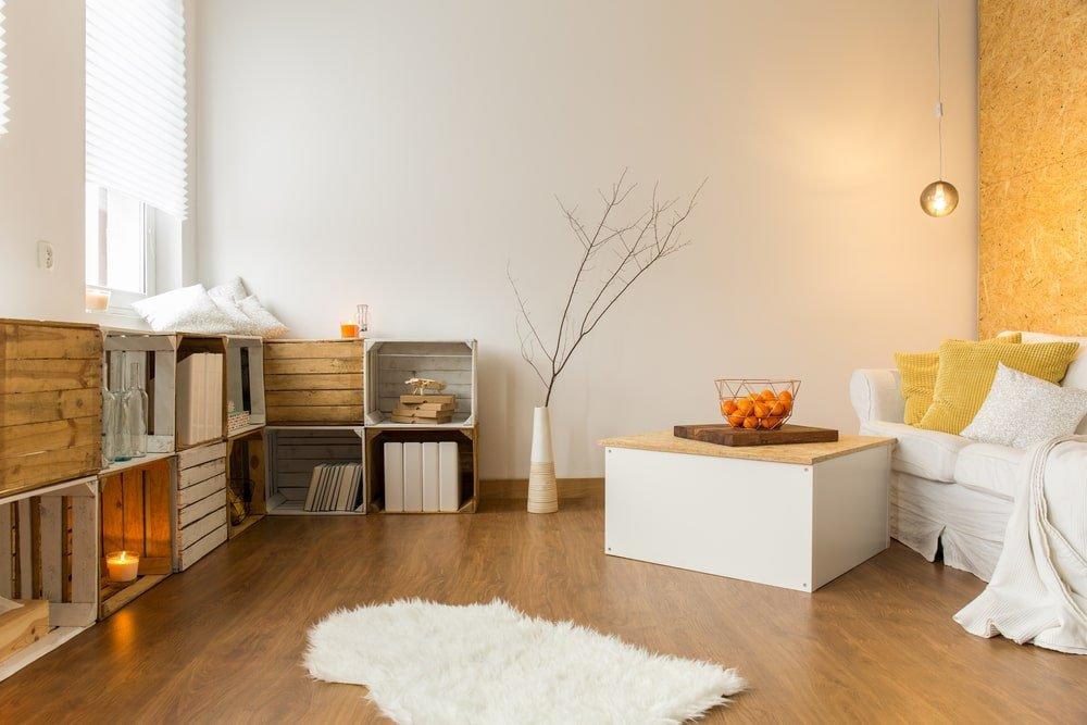 apartamento com piso em madeiras e cores amareladas e brancas