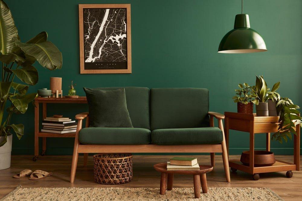 apartamento com piso em madeira e cores verdes